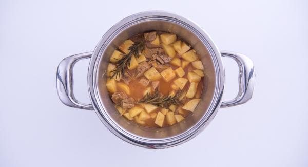 Cuando el Avisador emita un pitido al finalizar el tiempo de cocción, colocar la olla con la Tapa Rápida en una superficie resistente al calor y dejar despresurizar. Retirar las ramitas de romero, espolvorear con un poco de aceite y servir caliente.