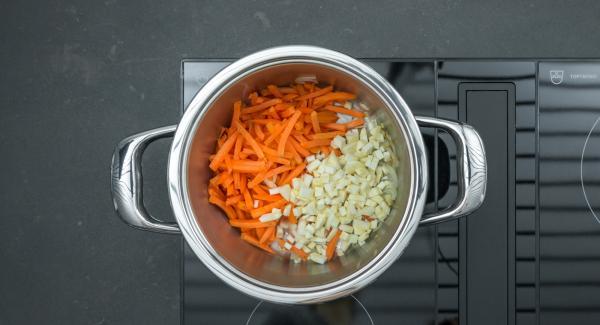 """Cuando el Avisador emita un pitido al llegar a la ventana de """"chuleta"""", bajar la temperatura, añadir el apio y las zanahorias sin dejar de remover y freír todo junto."""