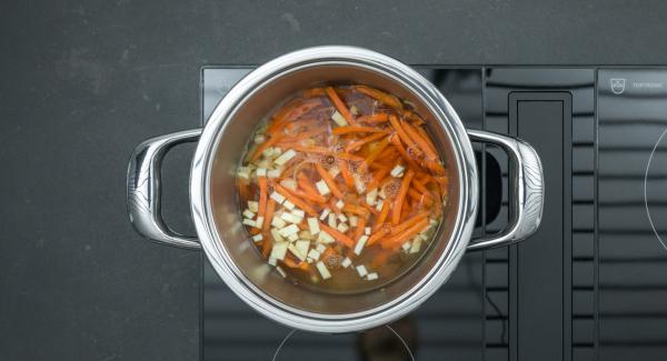 """Desglasar con vino de arroz y caldo de pollo, luego agregar la pechuga de pollo. Ajustar el fuego a temperatura máxima y calentar la olla hasta la ventana de """"zanahoria"""" con el Avisador. Cuando el Avisador emita un pitido al llegar a la ventana de """"zanahoria"""", bajar la temperatura y terminar la cocción durante aprox. 10 minutos."""