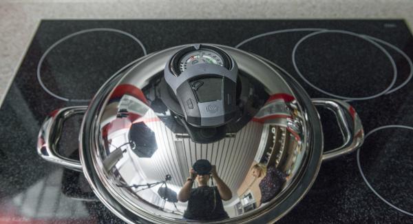 """Tapar. Encender el fuego a temperatura máxima y calentar la olla hasta la ventana de """"chuleta"""" con el Avisador."""