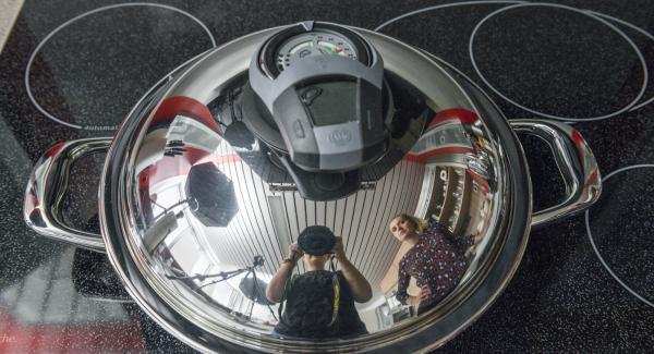 """Cuando el Avisador emita un pitido al llegar a la ventana de """"chuleta"""", bajar la temperatura y girar las hamburguesas. Freír el segundo lado con la ayuda del Avisador hasta alcanzar la temperatura de 90°C."""