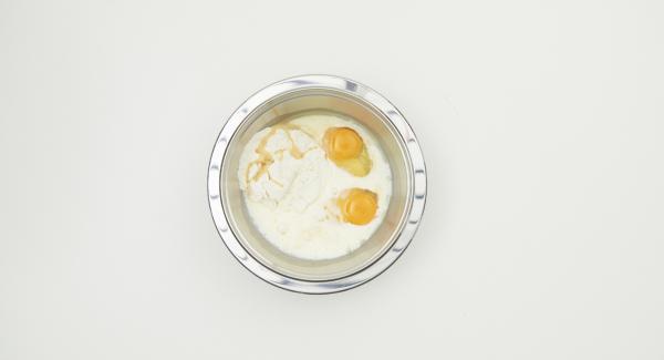 En un bol, mezclar todos los ingredientes hasta formar una masa y dejar reposar unos 30 minutos.