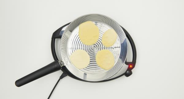 Reducir a un calor/llama medio, nivel 3 y verter 4 porciones pequeñas de masa en la oPan XL.