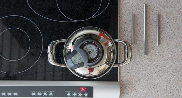 """Colocar la olla en el fuego a temperatura máxima. Encender el Avisador e introducir 6 minutos de tiempo de cocción (para huevos pasados por agua) o (10 minutos para huevos duros). Colocarlo en el pomo (Visiotherm) y girar hasta que aparezca el símbolo de """"zanahoria""""."""