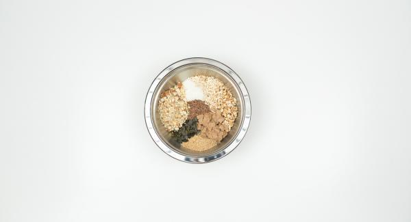 Picar los frutos secos en el Quick Cut y ponerlos en un bol junto con el resto de ingredientes, incluidos los copos de espelta.