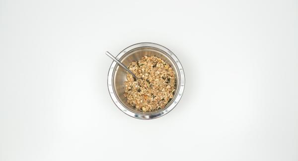 Calentar el aceite de coco, mezclar con miel y canela y añadirlo a la mezcla de muesli removiendo bien.
