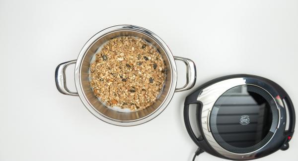 """Cuando el Avisador emita un pitido al llegar a la ventana de """"chuleta"""", colocar el papel de hornear, extender la mezcla de muesli sobre ella y retirar la olla del fuego colocandola en una superficie resistente al calor."""