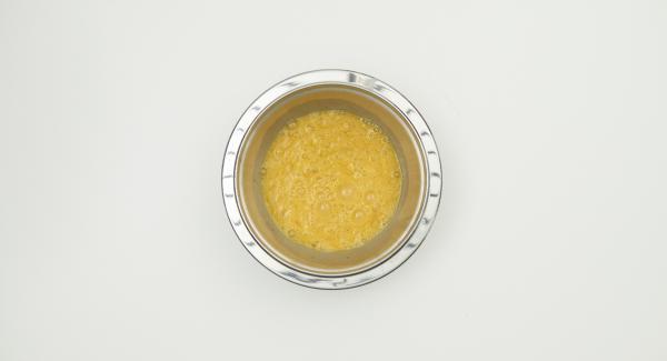 Sazonar los huevos con sal y pimienta y batir con un tenedor.