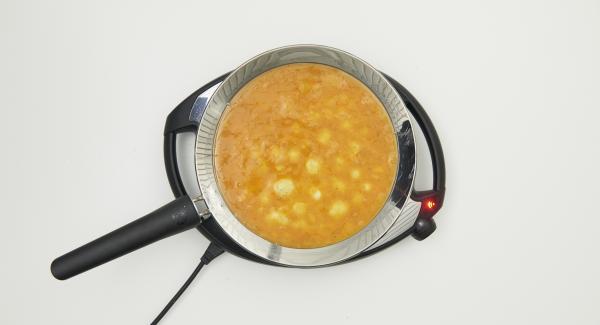 Añadir la mezcla de huevo y freír hasta que la mezcla empiece a cuajar por el borde.