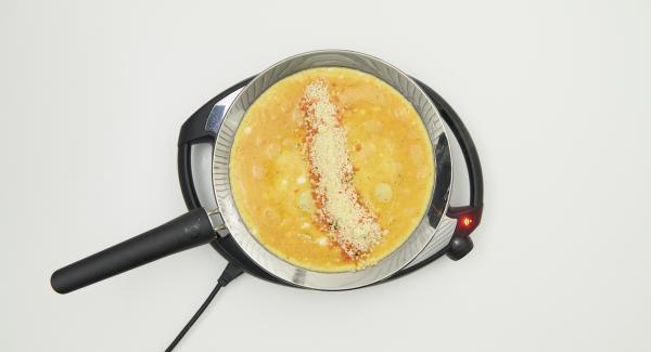 Extender los dados de queso y verduras sobre la tortilla.