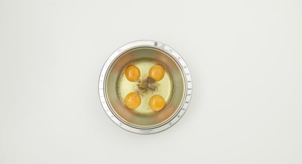 Sazonar los huevos con sal y pimienta y batir con un tenedor. Añadir las gambas y el cebollino.