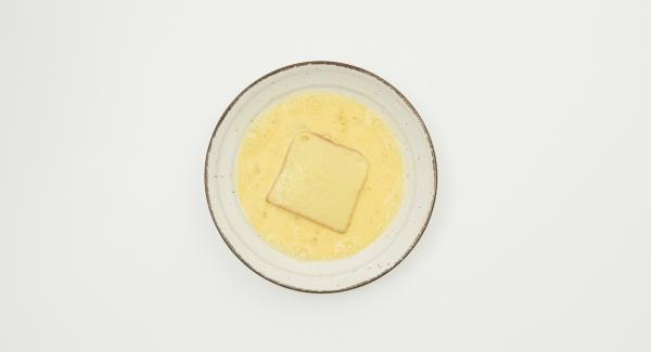 Batir los huevos y la leche juntos. Rebozar las tostadas en la mezcla leche.