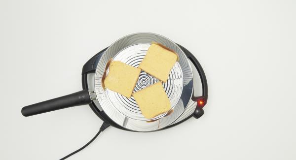A continuación reducir la temperatura del Navigenio, nivel 3 y colocar 3 tostadas en la oPan XL. Tan pronto se despeguen de la oPan XL, dar la vuelta y freír por el otro lado.