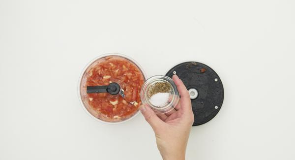 Limpiar los tomates y cortarlos en trozos grandes. Ponerlos en el Quick Cut junto con los ajos y la albahaca y triturar. Sazonar con sal y pimienta, añadir el aceite y dejar reposar unos 15 minutos.
