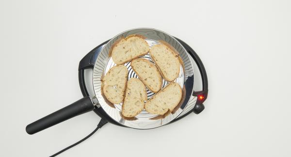 A continuación reducir la temperatura del Navigenio, nivel 2, y colocar 6 rebanadas de pan en la oPan XL. Tostar por las dos caras.