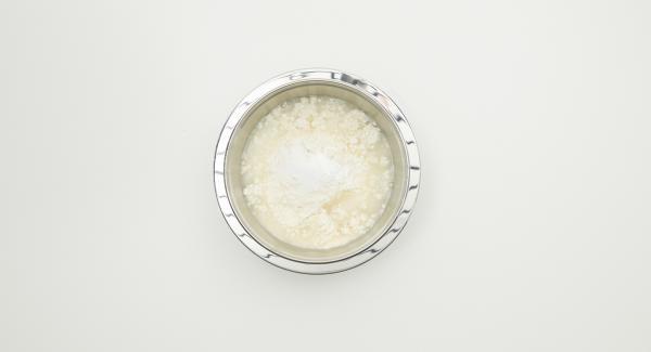 Mezclar todos los ingredientes, incluida la sal, hasta obtener una masa homogénea.