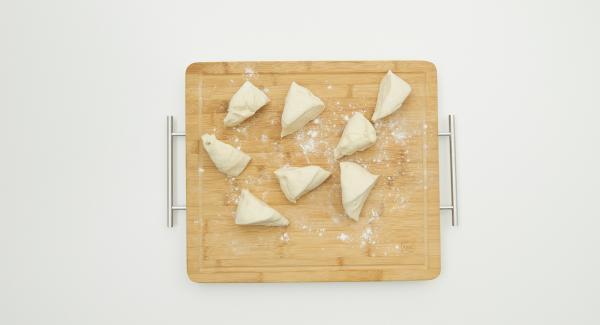Dividir la masa en 8 porciones y extenderla haciendo una capa fina. Con ayuda del Quick Cut, preparar un relleno de queso de oveja, perejil picado y escamas de chile, ponerlo en un lado de la masa y doblar el otro lado haciendo forma de abanico.