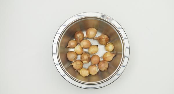 Cortar la raíz de las cebollas y colocarlas en un bol. Verter agua hirviendo sobre ellas, dejar reposar durante aproximadamente 1 minuto, escurrir, pelar y cortar por la mitad.