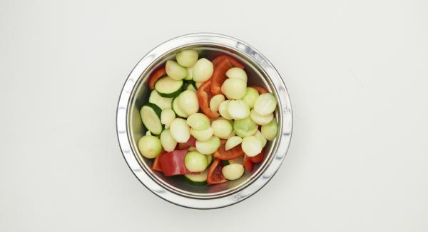Limpiar los calabacines y los pimientos, cortarlos en rodajas o en trozos planos. Mezclar todo con aceite de oliva.