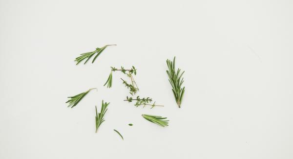 Cortar las ramitas de hierbas en trozos pequeños. Poner las verduras y los granos de pimienta en un tarro de cierre hermético. Hervir el vino de Oporto, el vinagre, la miel y la sal en una olla pequeña.
