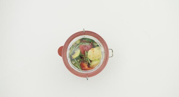 Verter la merzcla de adobo caliente sobre las verduras en el tarro. Sellar y fijar con el anillo de goma limpio y la tapa.