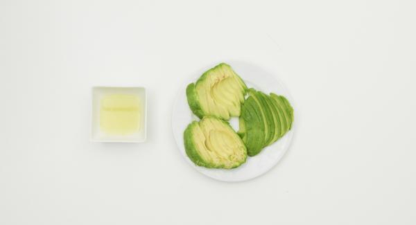 Exprimir la lima, limpiar el aguacate, cortar en rodajas y espolvorear con zumo de la lima.