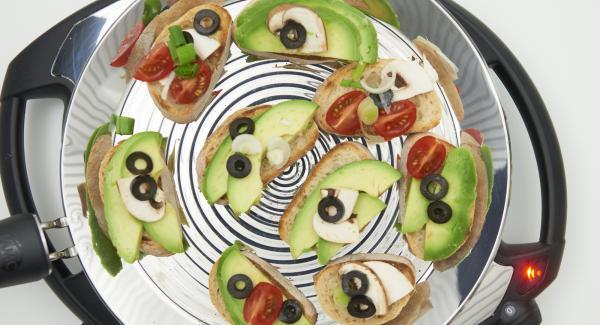 Después de girar el pan, colocar las rebanadas de aguacate sobre las rebanadas de pan frito y servir con cualquier guarnición.