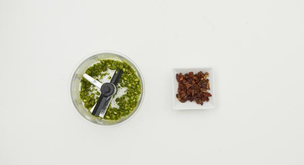 Picar los pistachos con el Quick Cut y cortar los tomates en tiras.