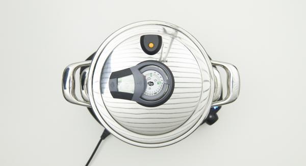 """Colocar la olla en el Navigenio y seleccionar la función (A). Introducir 4 minutos de tiempo de cocción en el Avisador y girar hasta que aparezca el símbolo de """"vapor""""."""