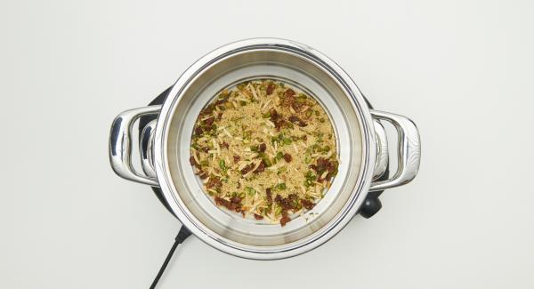 Verter agua (unos 150 ml) en la olla. Introducir el Accesorio Súper-vapor en la olla . Verter aproximadamente la mitad del agua (100ml) sobre el cuscús y tapar con la Tapa Súper-Vapor  con un aro de sellado de 20 cm.
