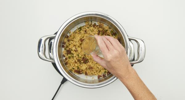 Ahuecar el cuscús con un tenedor y añadir el resto del agua (aprox. 100 ml). Introducir aprox. 4 minutos de cocción en el Audiotherm, colocarlo en pomo y girarlo hasta que aparezca el símbolo de vapor.