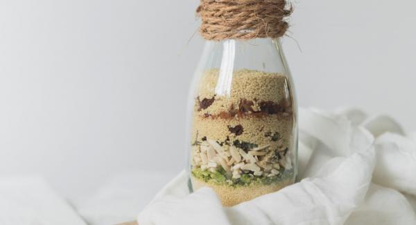 Poner todos los ingredientes en un vaso o botella, sellar y decorar según se desee.