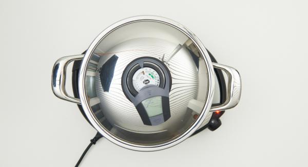Colocar el Navigenio en modo de horno (poniéndolo invertido encima de la olla) y ajustar a temperatura baja. Cuando el Navigenio parpadee en rojo/azul, introducir 35 minutos en el Avisador y hornear.