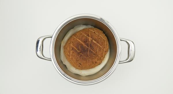 Cuando el Avisador emita un pitido al finalizar el tiempo de cocción, sacar el pan de la olla y dejarlo enfriar sobre una rejilla.