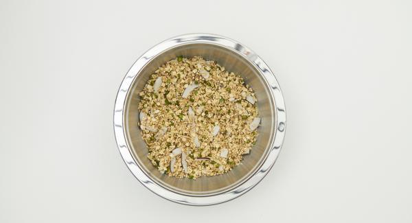 Mezclar todos los ingredientes secos, desde copos de avena hasta polvo de vainilla, agregar el aceite de coco.