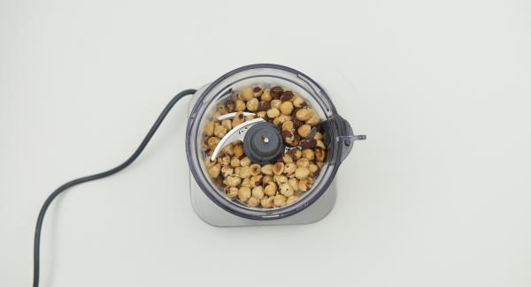Picar las avellanas con ayuda de un robot de cocina o picadora, tanto como sea posible hasta que se forme un puré cremoso.