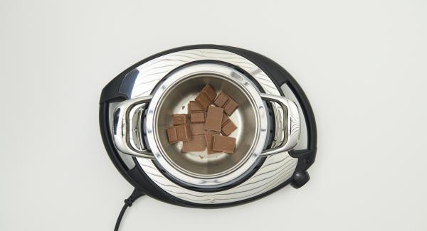 Dividir el chocolate en trozos. Colocarlo en un elemento combi derretir al Baño  María a temperatura media. Añadir a las avellanas trituradas y el resto de los ingredientes.