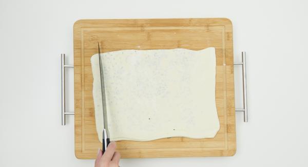 Espolvorear la mitad de la masa con romero, parmesano y sal. Cubrir con la otra mitad. Aplanar un poco más con el rodillo. Doblar de nuevo por la mitad y aplanar otro poco. Cortar la masa en tiras de unos 2 cm de ancho.