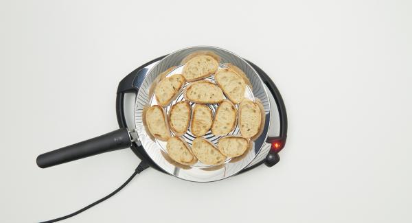A continuación reducir la temperatura del Navigenio, nivel medio 3, y colocar 6 rebanadas de pan en una oPan XL. Asar y girar al gusto.
