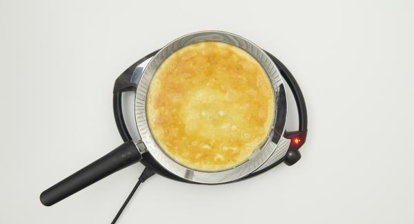 Añadir la mezcla de huevo y asar hasta que esté compacta.