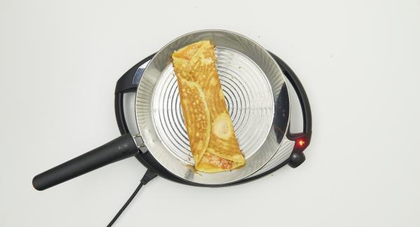 Doblar los lados hacia el centro y asar hasta que esté listo. Dar la vuelta a la tortilla como se desee. Una vez al gusto, servir lo antes posible.