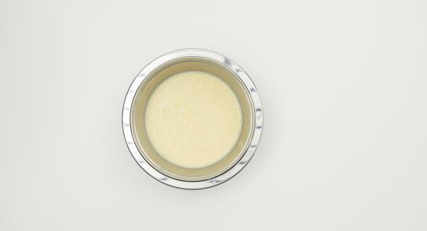 Mezclar todos los ingredientes, incluidos los huevos, hasta formar una masa fina y dejar reposar unos 30 minutos.