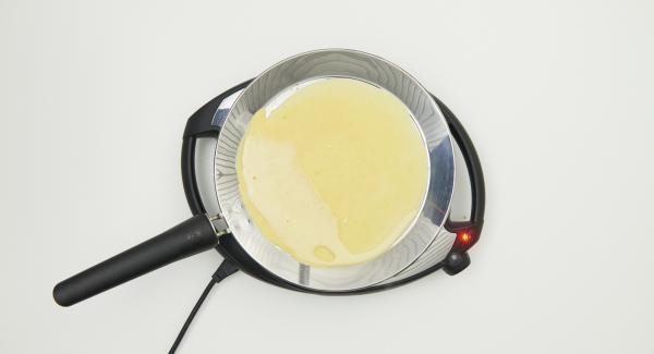 A continuación reducir la temperatura del Navigenio, nivel 2, verter la cantidad de masa en la oPan XL para obtener una crepe, distribuyéndola uniformemente.