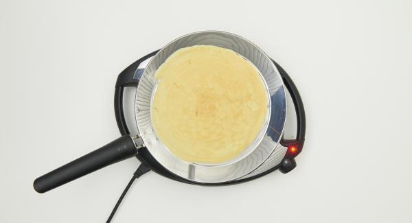 Tan pronto como la masa esté firme, girarla y terminar de cocinar. Proceder de igual modo con el resto de la masa.