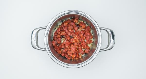 Introducir todos los ingredientes en una olla; el bacon, las salchichas, la cebolla, el chucrut, las setas, el tomate concentrado, la mermelada de ciruela, la ternera, el repollo y por último, el vino tinto.