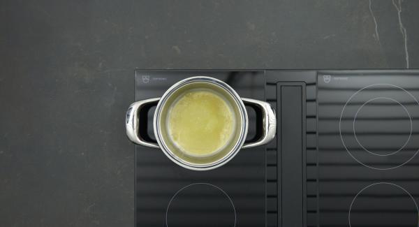 Para la salsa Bechamel, colocar la olla con la mantequilla en el fuego a temperatura máxima. Derretir la mantequilla hasta que las burbujas sean visibles. Bajar temperatura, agregar la harina y rehogar ligeramente sin dejar de remover durante aproximadamente 1 minuto. Gradualmente agregar la leche sin dejar de remover. Cocinar la salsa a fuego lento durante unos 5 minutos. Sazonar al gusto con sal, pimienta.