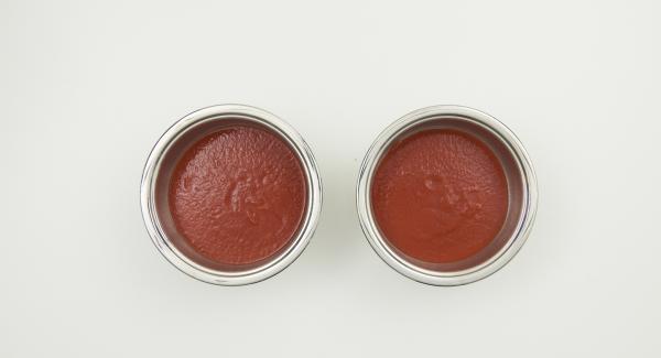 Introducir la salsa de tomate en dos Cook & Serve y sazonar con sal y pimienta. Introducir las espinacas en una manga pastelera y llenar los canelones. Colocar cuatro canelones en cada Cook & Serve, untar con salsa bechamel y espolvorear el parmesano restante.