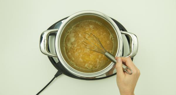 Verter el caldo en la olla y colocar en el Navigenio a temperatura máxima nivel 6. Sazonar con sal, añadir poco a poco la sémola de maíz, batir y llevar a ebullición.