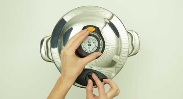Cuando el Avisador emita un pitido al finalizar el tiempo de cocción. Colocar la olla en una superficie resistente al calor y dejar despresurizar.