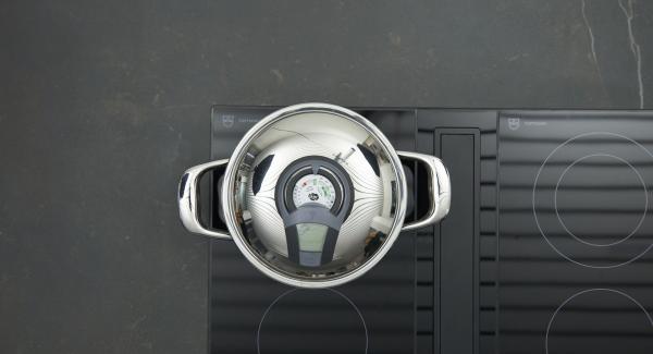 """Pelar la cebolla y el ajo, picarlos finamente en Quick Cut y limpiar las espinacas. Introducir la cebolla y el ajo en una olla grande. Colocar la olla en el fuego a temperatura máxima. Encender el Avisador (Audiotherm), colocarlo en el pomo (Visiotherm) y girar hasta que se muestre el símbolo de """"chuleta""""."""